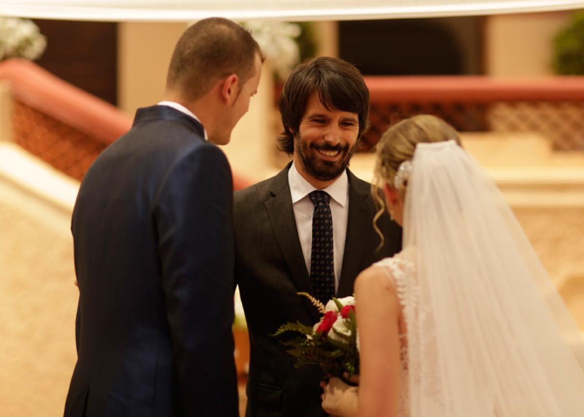 Sergio riendo junto a pareja