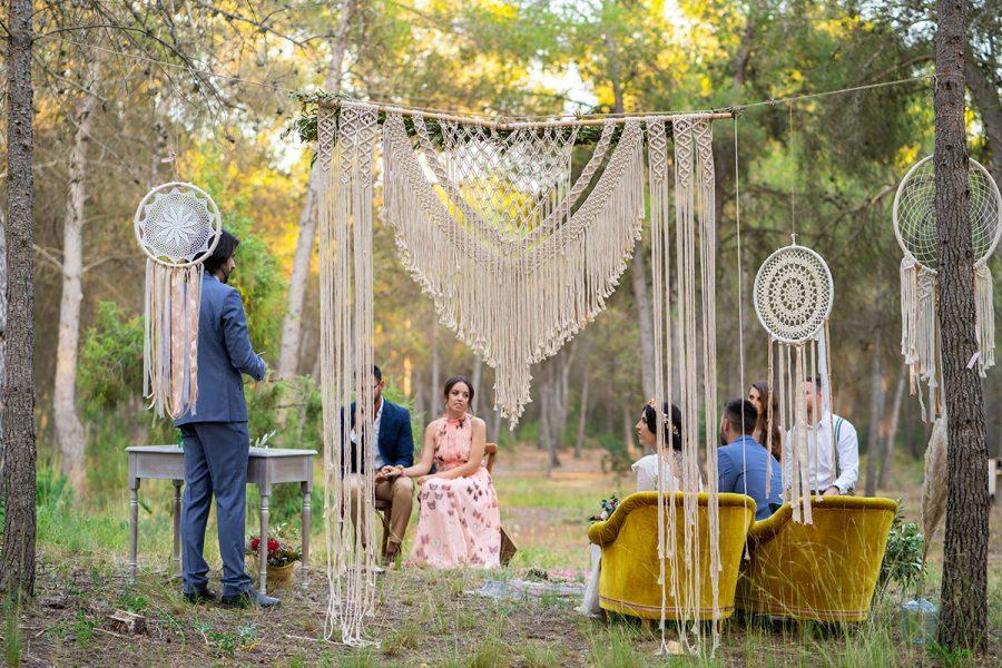 Sergio Maestro de ceremonias oficiando una ceremonia de boda boho en tiempos de la Covid.